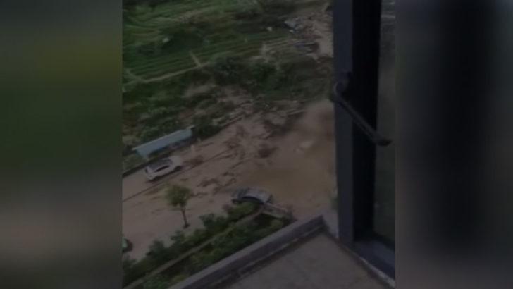 Çin'de korkunç olay! Sel 4 can aldı