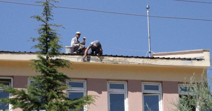 Okul çatısında tehlikeli çalışma