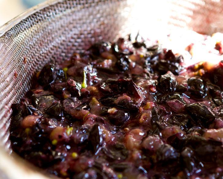 Tarihi 5 bin yıl öncesine dayanıyor: Kuru üzümleri suda bekletip için, mucizeye şahit olun