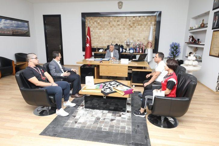 Başkan Zeybek şampiyon haltercileri tebrik etti