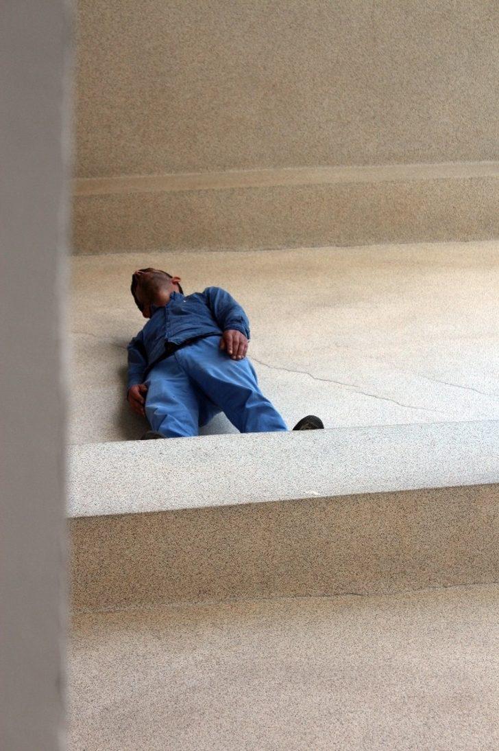 'Borcum var' dedi belediyenin merdiven boşluğuna çıktı