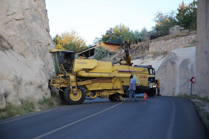 Kapadokya'da biçerdöver kaya oluşumlarına çarptı