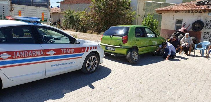 Jandarma trafik ekipleri yolda kalan araçlara yardım etti