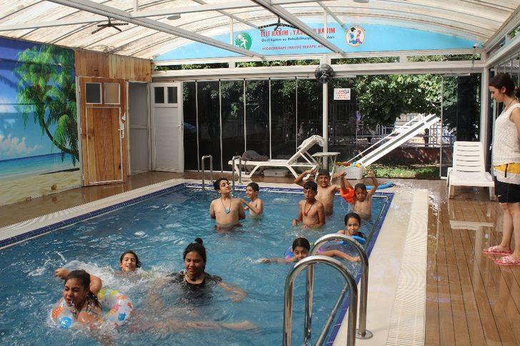 Otistik ve zihinsel engellilere havuzlu terapi