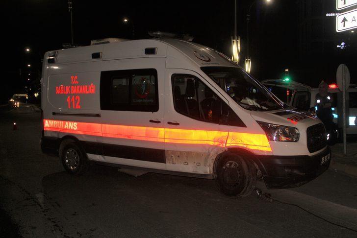 Hasta taşıyan ambulansa otomobil çarptı!