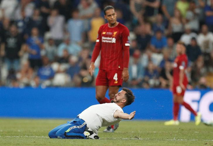 Liverpool - Chelsea Süper Kupa maçında bir taraftar sahaya girdi