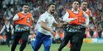 İstanbul'daki Liverpool-Chelsea arasında oynanan Süper Kupa finalinde sahaya atlayan YouTuber'a tepki büyüyor