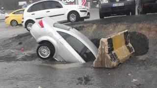 Yol çöktü, araç çukura düştü