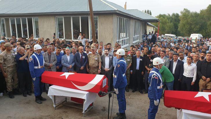 Ağrı'nın Patnos ilçesinde damatlık almaya giderken hayatını kaybeden iki kardeş gözyaşları arasında defnedildi. ile ilgili görsel sonucu