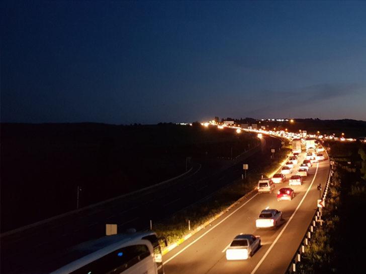 Bayram tatilini uzatan sürücüler gece yollara düştü