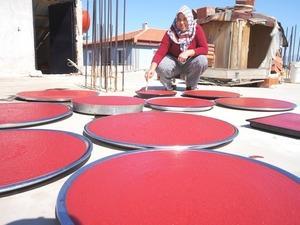 Sarıgöl'de evlerin üstü kırmızıya büründü! Ev salçaların kilosu 20-25 TL