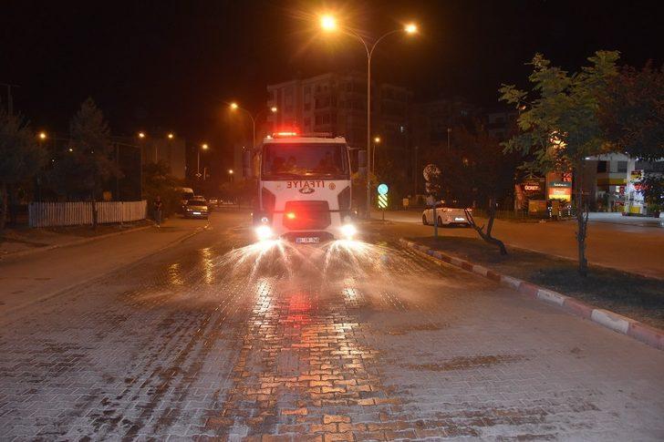 Ceyhan'da cadde ve bulvarlarda temizlik çalışması