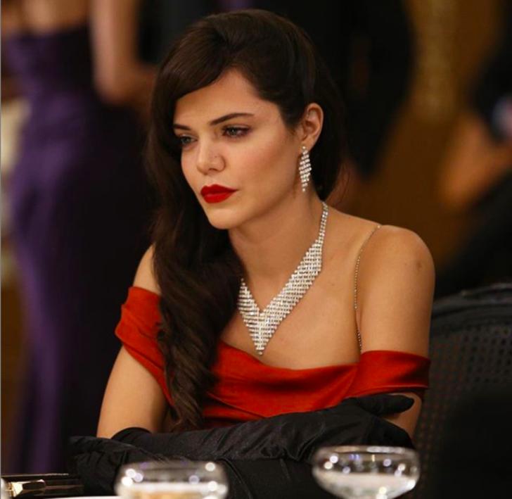 Hilal Altınbilek kırmızı seksi elbisesiyle büyüledi
