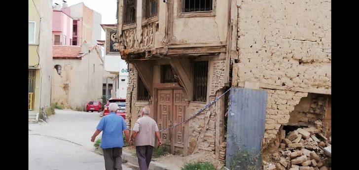 Bir bir yıkılan tarihi binalar tehlike oluşturuyor