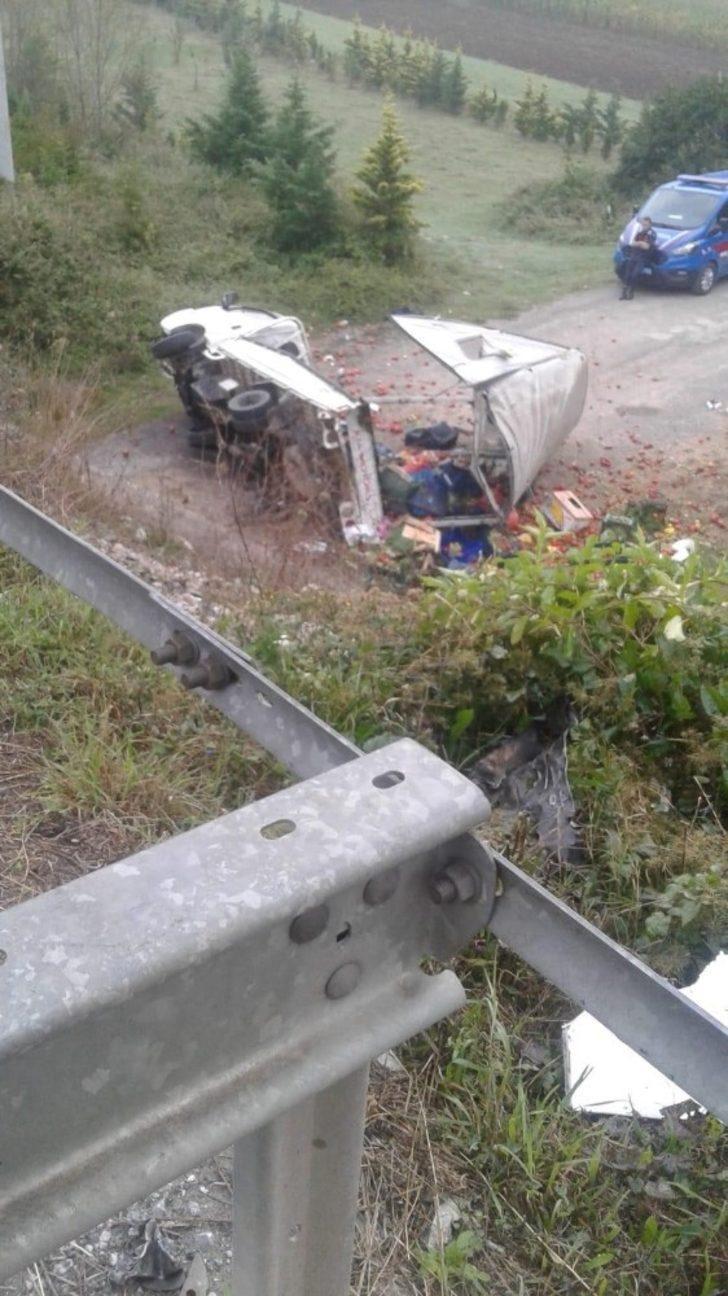 Sebze yüklü kamyonet kontrolden çıkarak devrildi: 2 yaralı