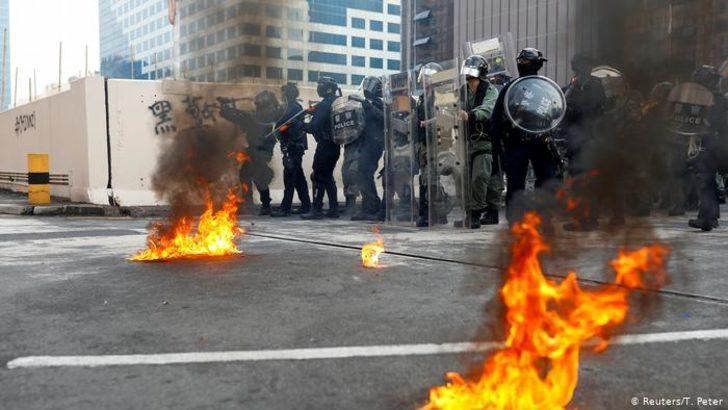 Hong Kong'da göstericilere biber gazıyla müdahale