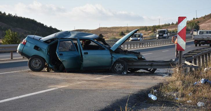 Otomobil bariyere çarptı: 1'i ağır 6 yaralı