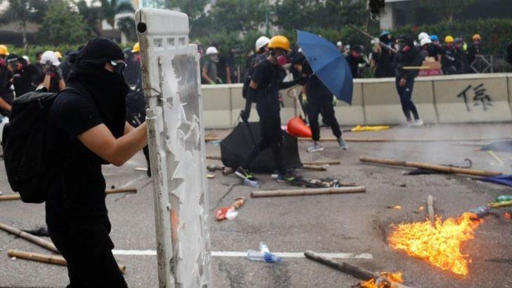 Hong Kong'da Polisle Göstericiler Çatıştı