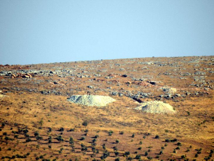 YPG/PKK'lı teröristler hendekleri terk ediyor