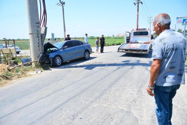 Otomobil elektrik direğine çarptı: 1 ölü, 2 yaralı