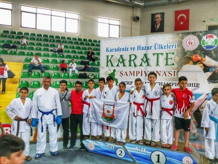 Gençler karate şampiyonasından madalyalarla döndü