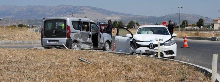 Ticari araç ile otomobil çarpıştı, aynı aileden 4 kişi yaralandı