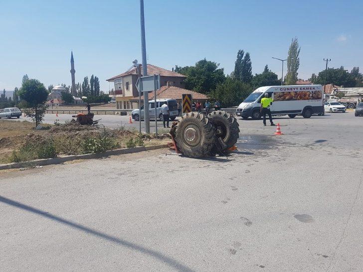 Lüks otomobille çarpışan traktör 2'ye bölündü