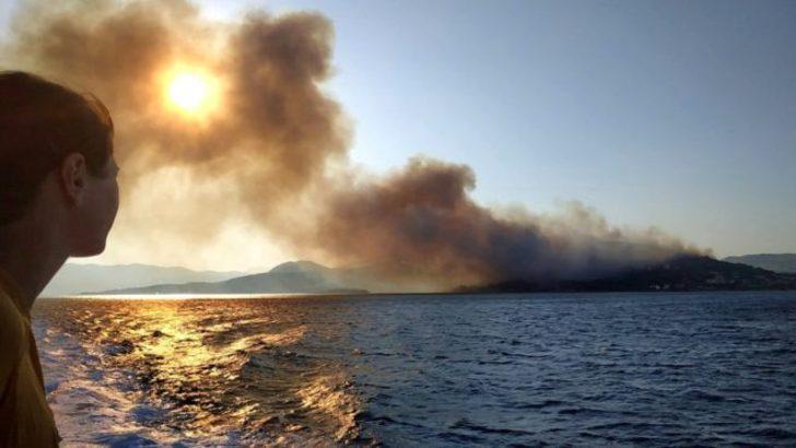 Turistik Ege adasında yangın: Yüzlerce kişi tahliye edildi