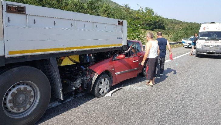 Tır saplanan otomobili metrelerce sürükledi: 4 yaralı