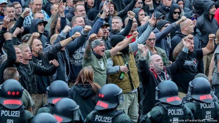 """Chemnitz'de aşırı sağcılar """"göçmen avına"""" çıkmış"""