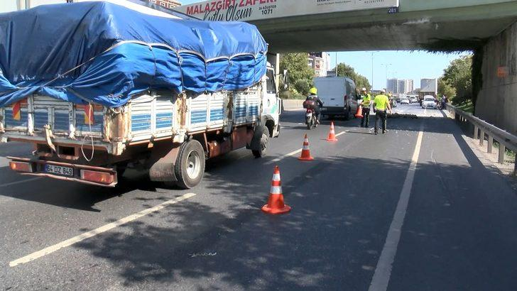 Esenler'de kamyon üst geçide takıldı, arkadan gelen motosikletli kıl payı kurtuldu