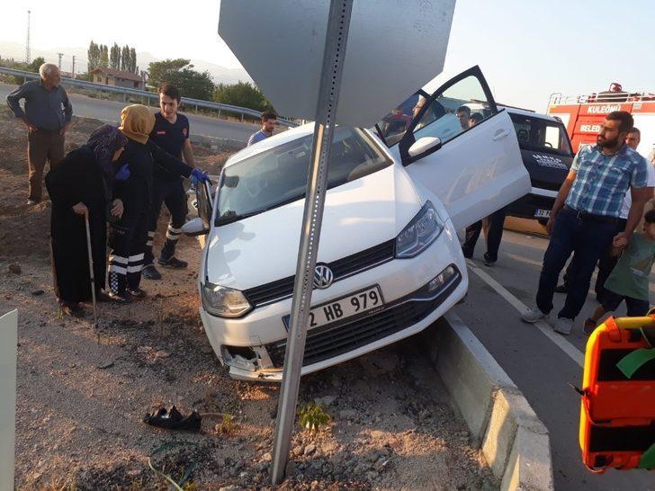Kontrolden çıkan otomobil refüjde asılı kaldı: 2 yaralı