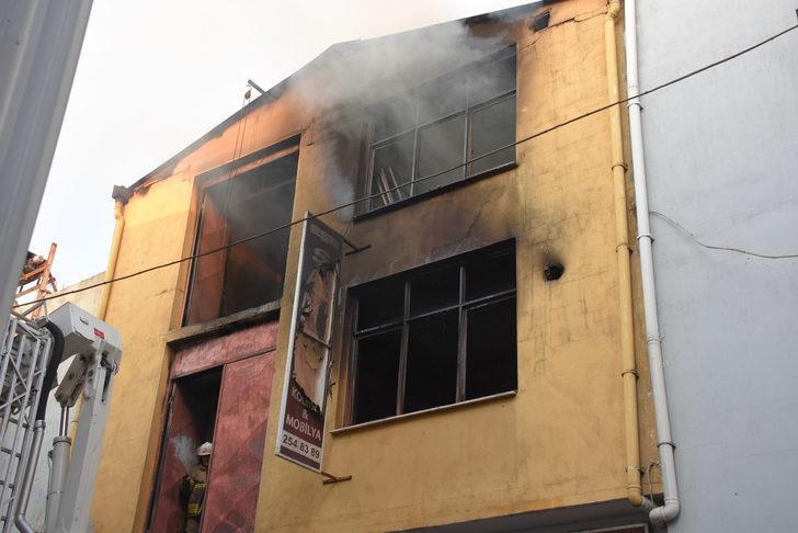 İzmir'de 3 katlı mobilya atölyesinde yangın