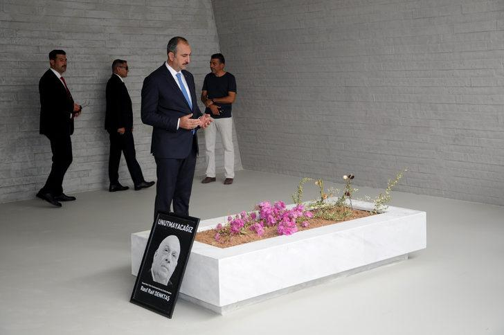 Bakan Gül, Fazıl Küçük'ün anıt mezarı ve Denktaş'ın kabrini ziyaret etti