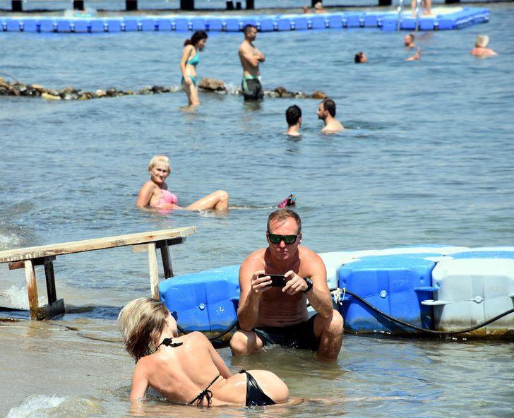 Marmaris'te sıcaktan bunalanlar plajları doldurdu