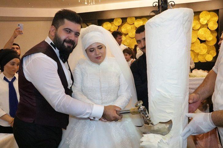 Genç çift, düğünde pasta yerine Maraş dondurması kesti