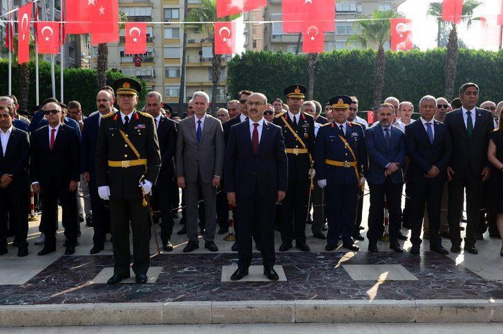 Adana'da Zafer Bayramı töreninde çelenk krizi