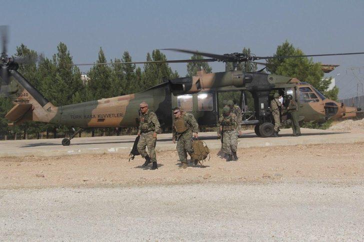 """MSB: """"Suriye'de Fırat'ın Doğusunda Güvenli Bölge birinci safha uygulamaları kapsamında, Türk-ABD'li komutanların iştirak ettiği ikinci ortak helikopter uçuşu Türk Silahlı Kuvvetlerine ait iki helikopter ile gerçekleştirildi."""""""
