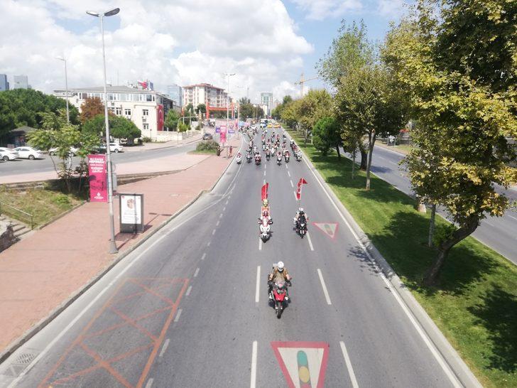 İstanbul'da  motosiklet tutkunlarından Zafer Bayramı korteji