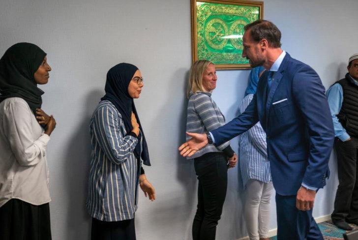 Norveç'te bir cami el sıkışmayan kadınlar için özür diledi!