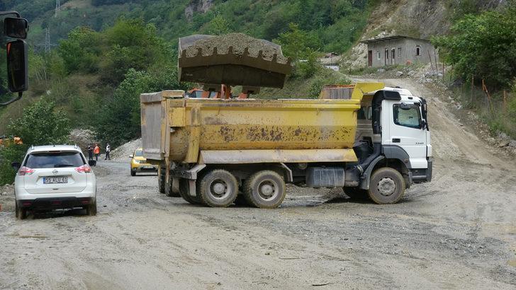 Araklı'da sağanak heyelan ve taşkına yol açtı; yol kapandı (2)