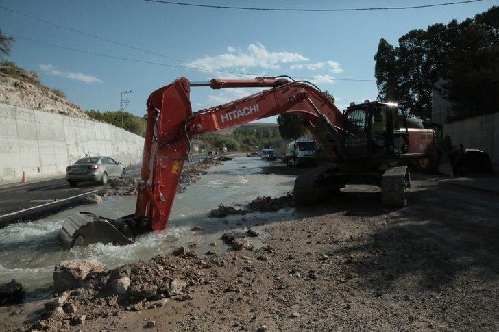 Yol genişletme çalışmaları Edremit'i susuz bıraktı