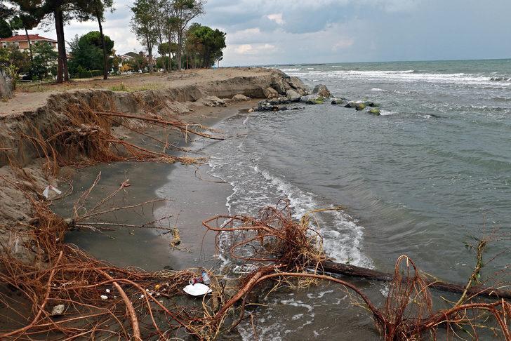 Karadeniz'in dalgaları kumsalı yuttu