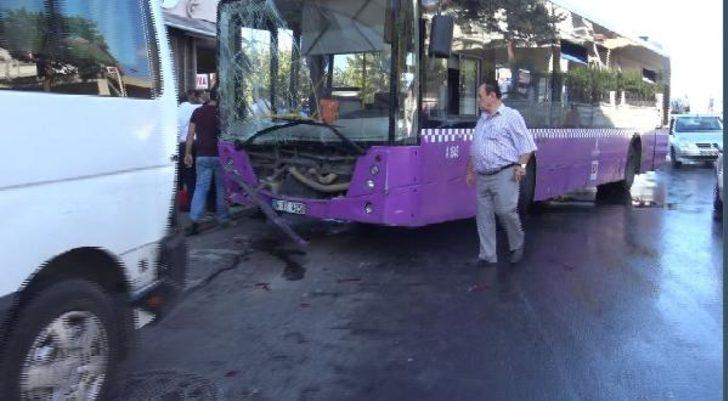 Avcılar'da İETT otobüsü kontrolden çıkıp 5 araca çarptı!
