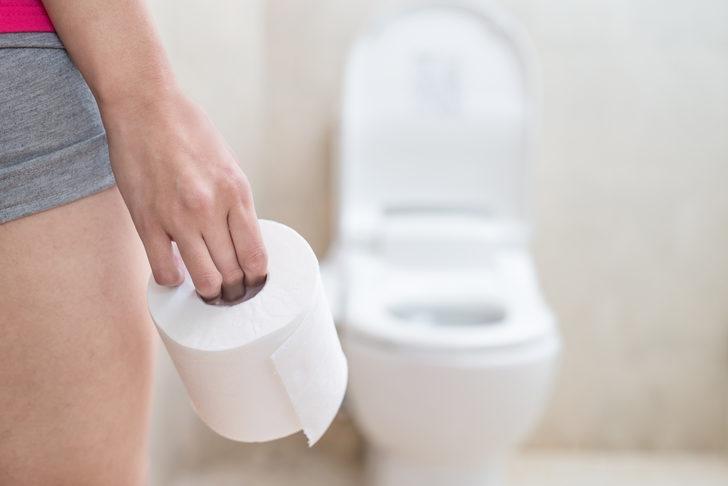Aklımıza gelmez! Bunu okuduktan sonra, bir daha asla klozet kapağına tuvalet kağıdı koymayacaksınız