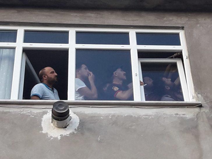 Küçük Mustafa'nın parmağı pencerenin menteşesine sıkıştı