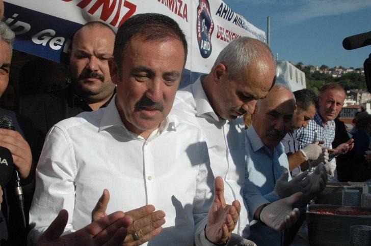 Ankaralılar ve Ankara'ya Hizmet Edenler Derneği vatandaşlara aşure dağıttı