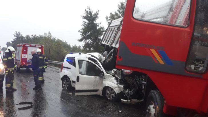 Karşı şeride geçen kamyon, hafif ticari araca çarptı: 1 ölü, 2 yaralı
