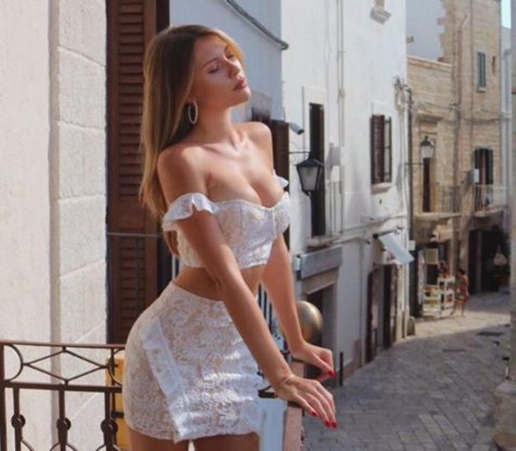 Chloe Loughnan Serdar Ortaç'ı unuttu! Bikinili poz