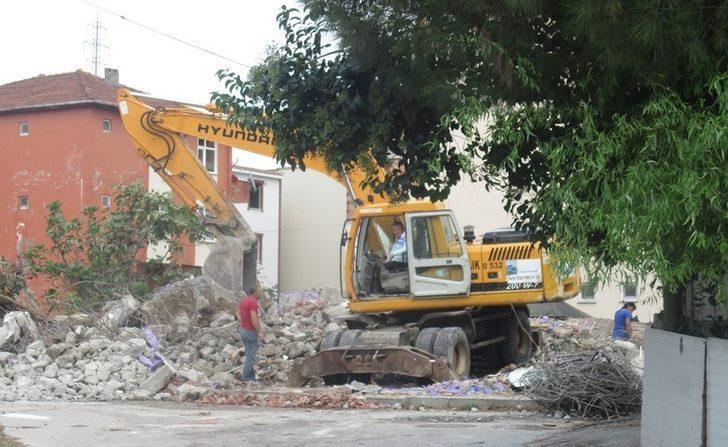 İzmit'te ağır hasarlı binaların yıkımına devam ediyor